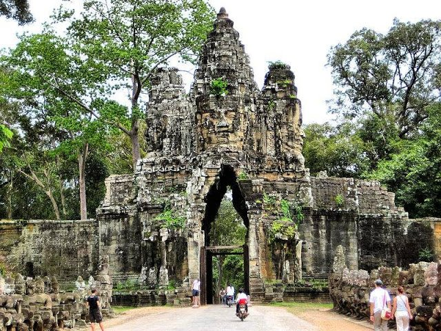 Entrance to Angkor Thom                    Image Credits:By Francisco Anzola