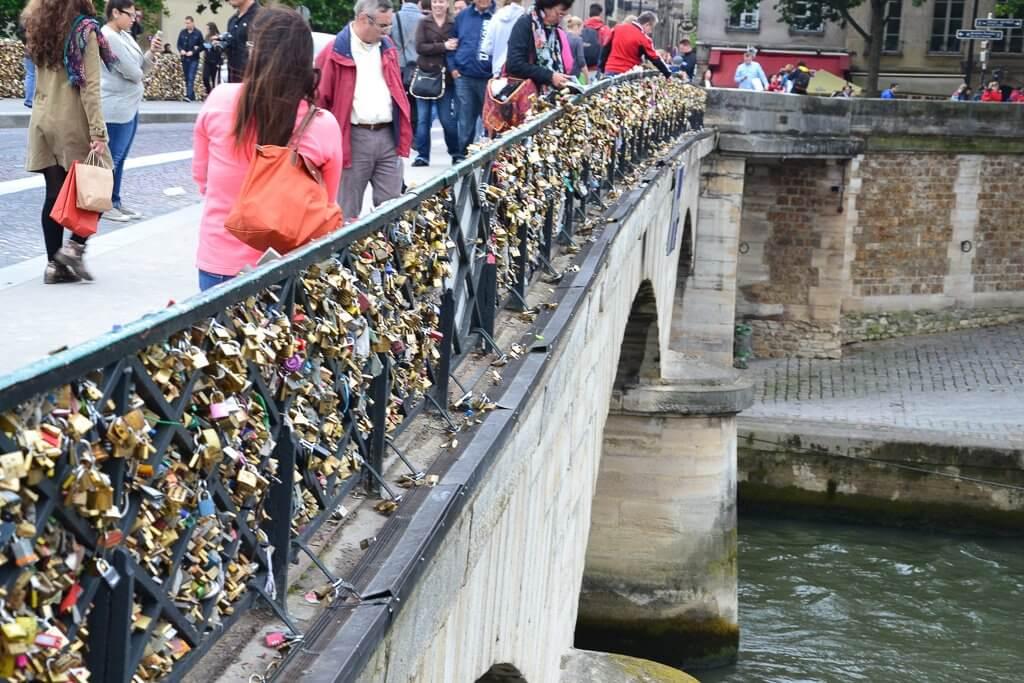 Lock Bridge, Paris. Image Credits: Simon_Sees, via Flickr under CC by 2.0