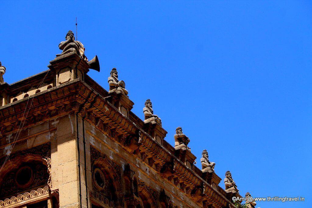 Idols along the roof of Shinde Chhatri, Pune