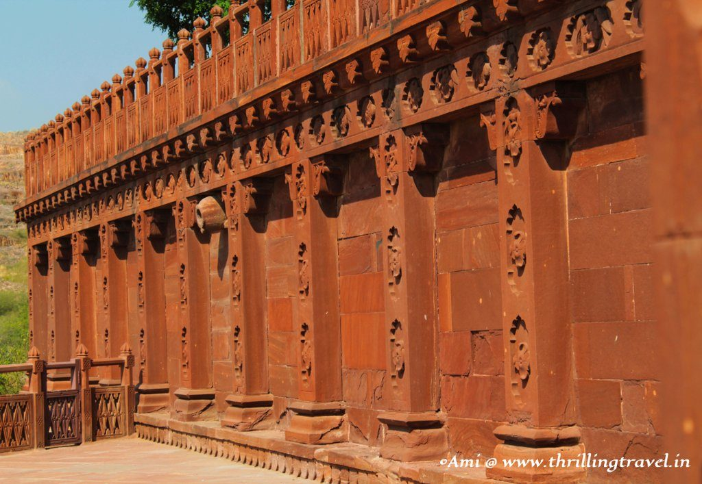 Carvings on the walls around Jaswant Thada