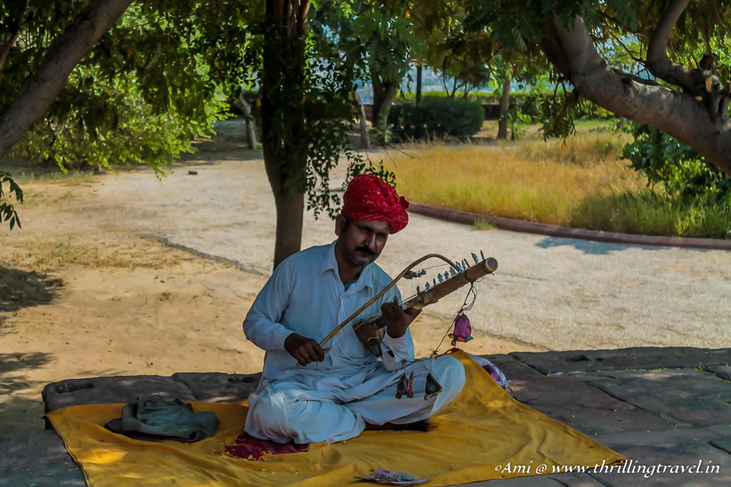 The musician entertaining the visitors at Jaswant Thada