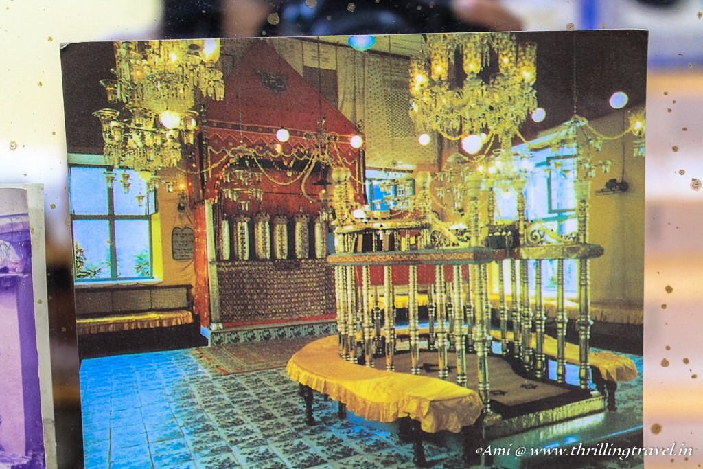 A picture of the insides of the Paradesi Synagogue in Fort Kochi