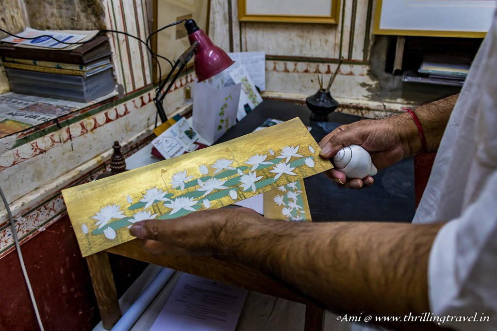 Mahaveer Swami ji explains his use of conch shells for paintings