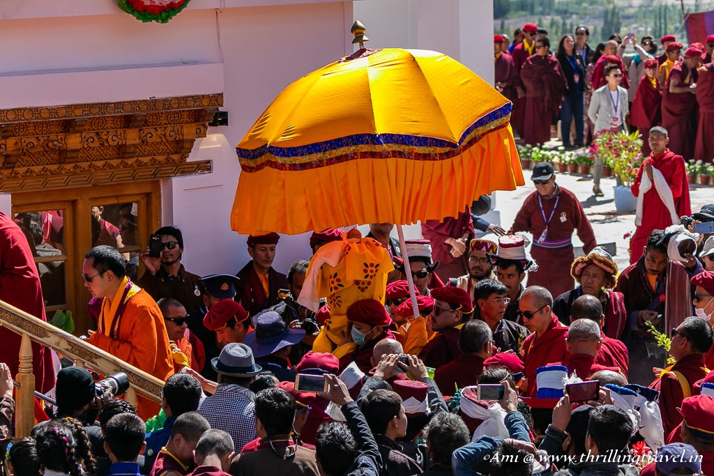 Relics being taken up to the Naro Photang
