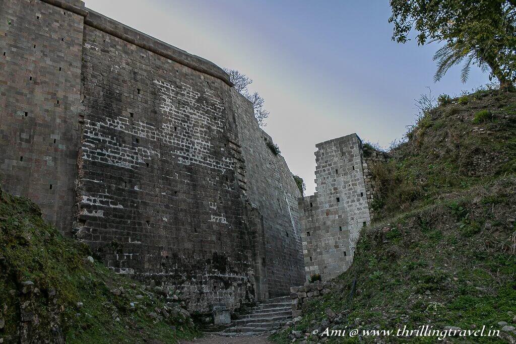The passage narrows towards Andheri Gate