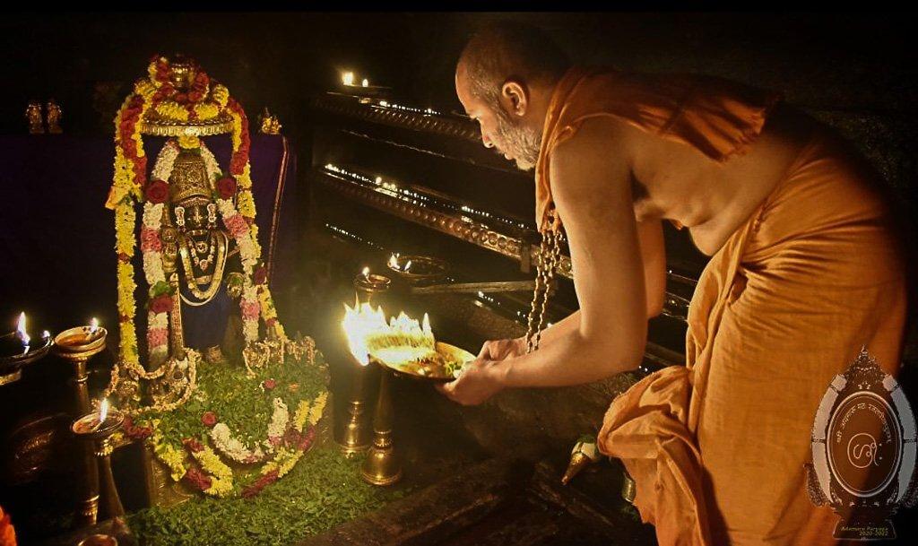 Paryaya Swami performing pooja of Udupi Krishna