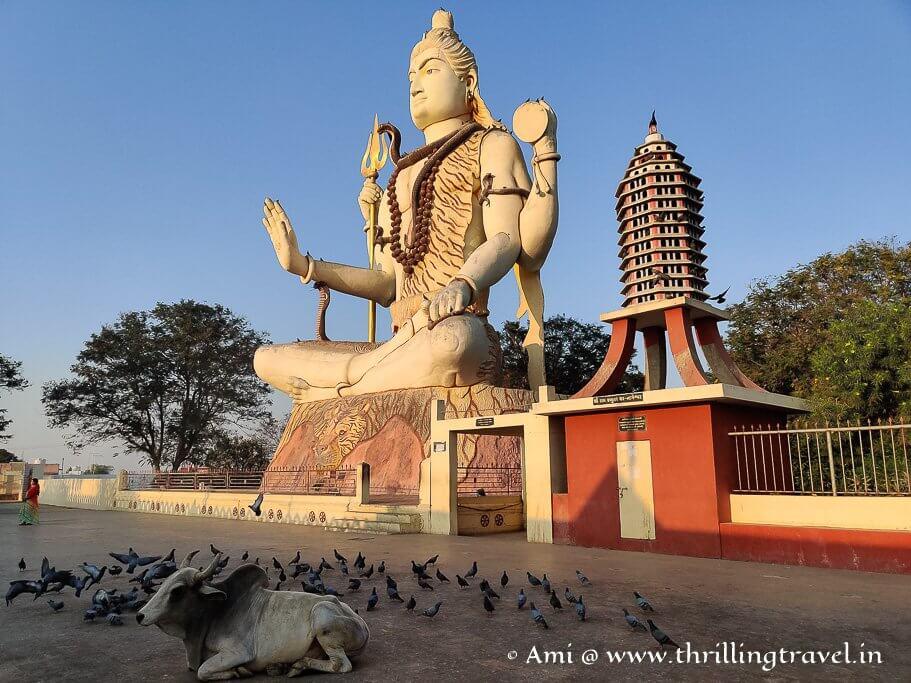 The huge Shiva statue at Nageshvar temple