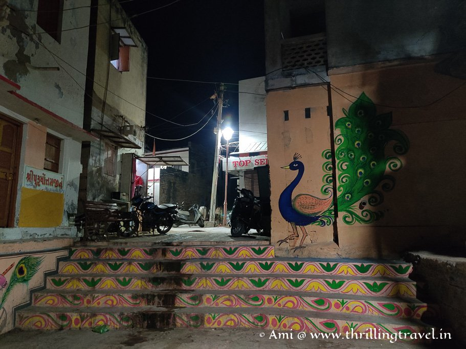 Street art along the Dwarka Gomti Ghat that you can catch only if you stroll around.