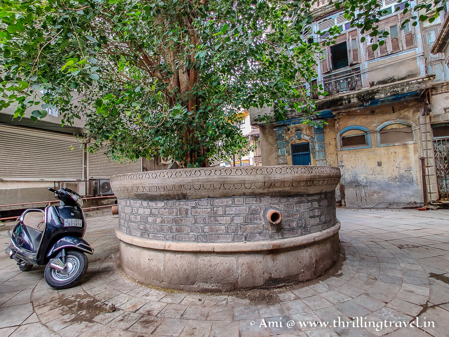 Haja Patel Ni Pol - the main square with its well