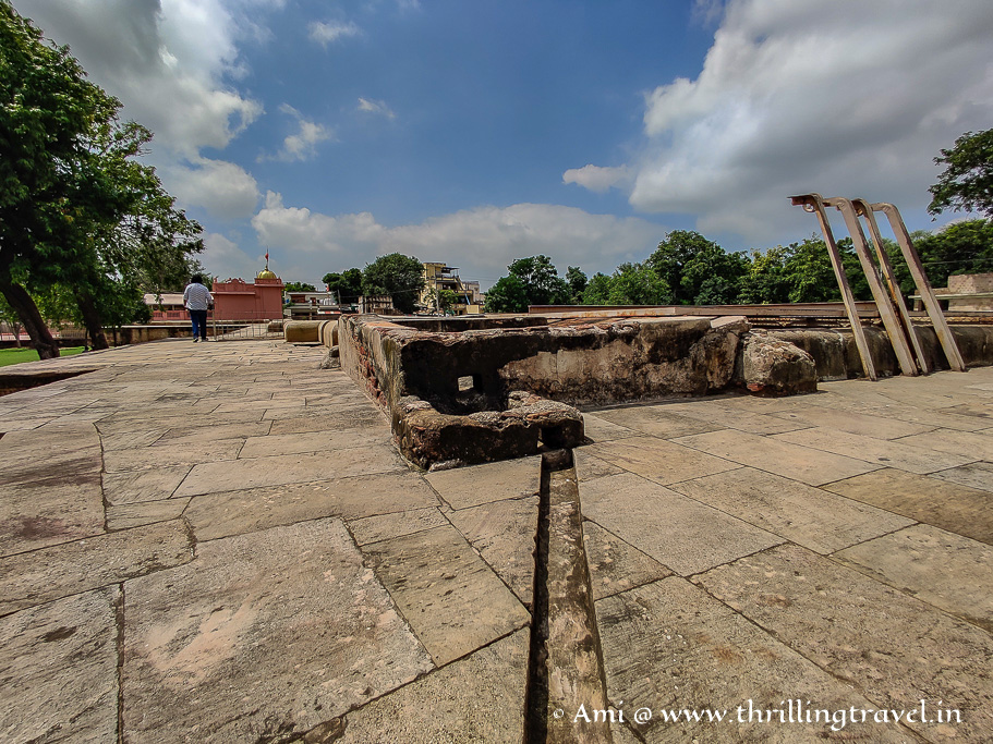 The pulley near the stepwell and you can see the small channel used by the people